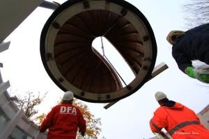 Vorsichtig wird die Kuppel auf den Unterbau navigiert.