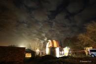 Die Sternwarten Kuppel am neuen Standort bei Nacht.